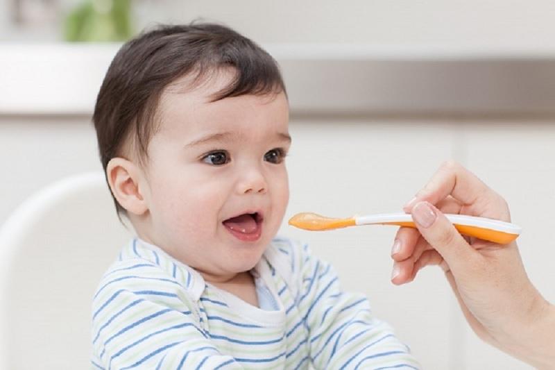 Bé bao nhiêu tuổi có thể ăn dầu? Cách sử dụng dầu ăn cho bé theo tuổi?