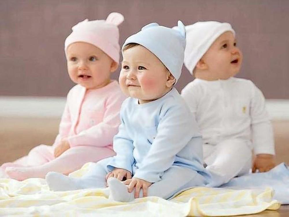 Nên quấn tã cho trẻ trong 1 tháng đầu sau đó cho bé mặc quần nhiều hơn