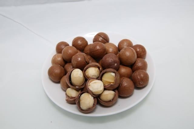 Để ăn được hạt macca chúng ta cần phá bỏ được lớp vỏ cứng cáp bao bọc chúng từ bên ngoài